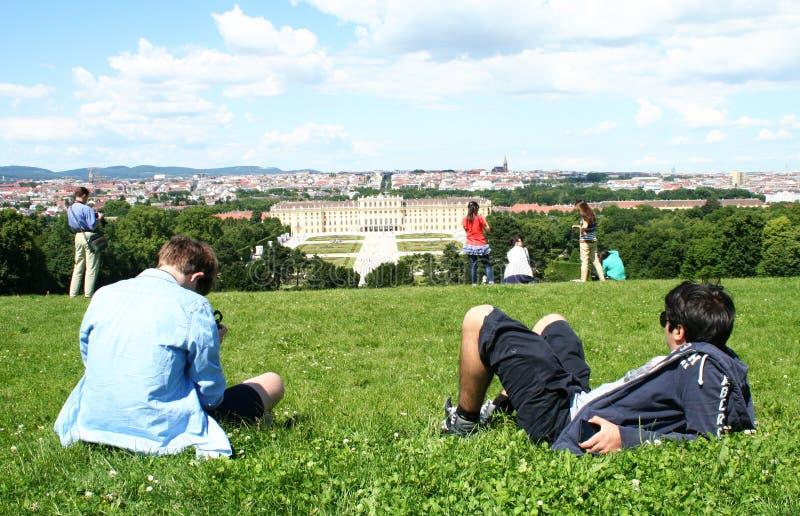 Turister som tycker om den Schonbrunn slotten i Wien fotografering för bildbyråer