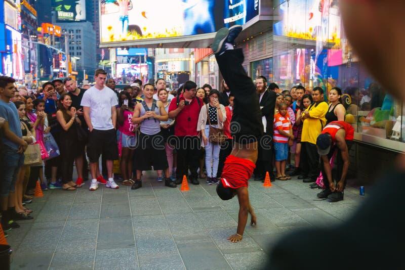 Turister som tycker om en kapacitet i Time Square, New York royaltyfri foto