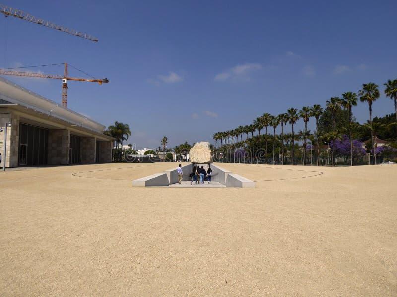 Turister som undersöker den utomhus- skulpturen på den Los Angeles County konstmuseet, Los Angeles, Kalifornien, circa kan 201 fotografering för bildbyråer