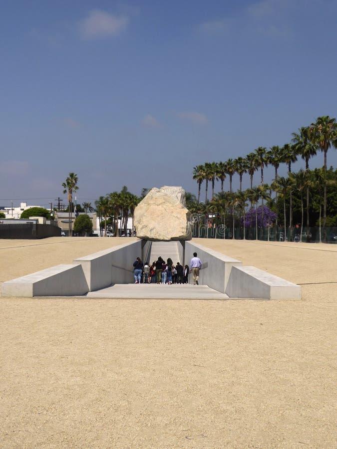 Turister som undersöker den utomhus- skulpturen på den Los Angeles County konstmuseet, Los Angeles, Kalifornien, circa kan 201 arkivbilder