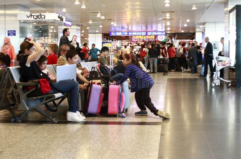 Turister som väntar det försenade flyget Istanbul, Ataturk flygplats arkivbild