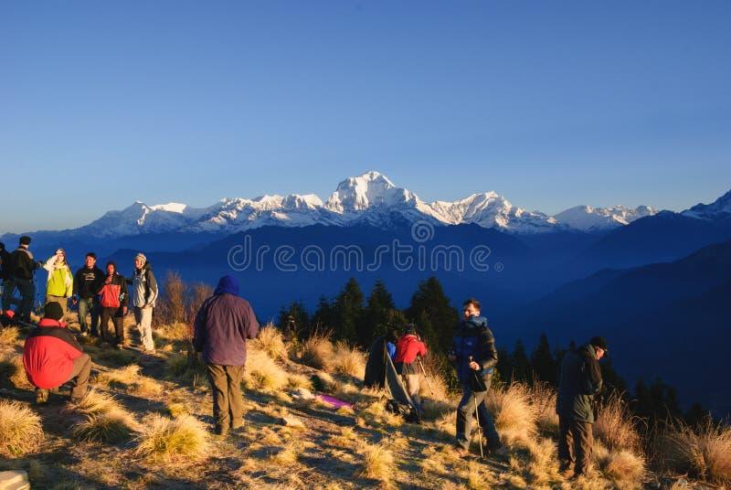 Turister som väntar soluppgång på Poonhill, Annapurna strömkrets i Nepal royaltyfria bilder