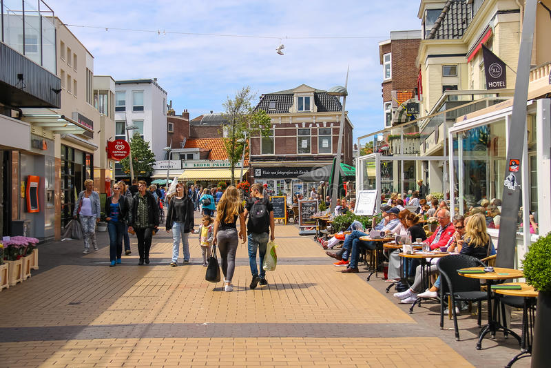 Turister som wakling längs det populärt, shoppar gatan i Zandvoort royaltyfri bild