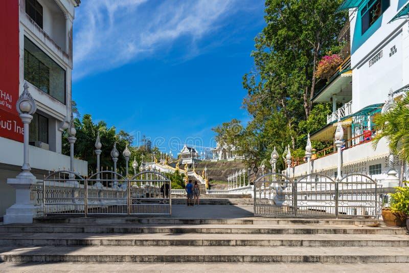 Turister står på ingången till territoriet av Wat Kaew Korawaram den vita templet in royaltyfria foton