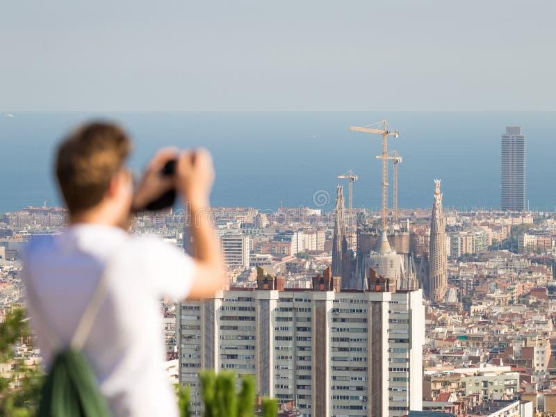 Turister tar bilder Barcelona royaltyfri bild