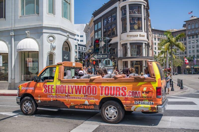 Turister turnerar på bussen/skåpbilen i rodeodrev arkivfoto