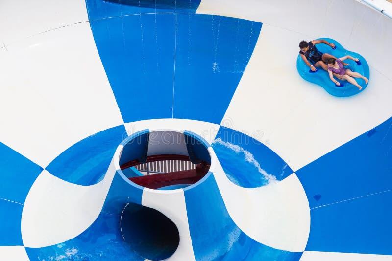 Turister tycker om att rida floaters ner Super Bowlritten på Splas royaltyfri fotografi