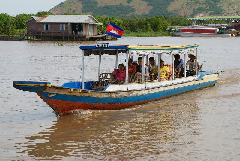 Turister tycker om fartygtur vid Tonle underminerar sjön i Siem Reap, Cambodja royaltyfria foton