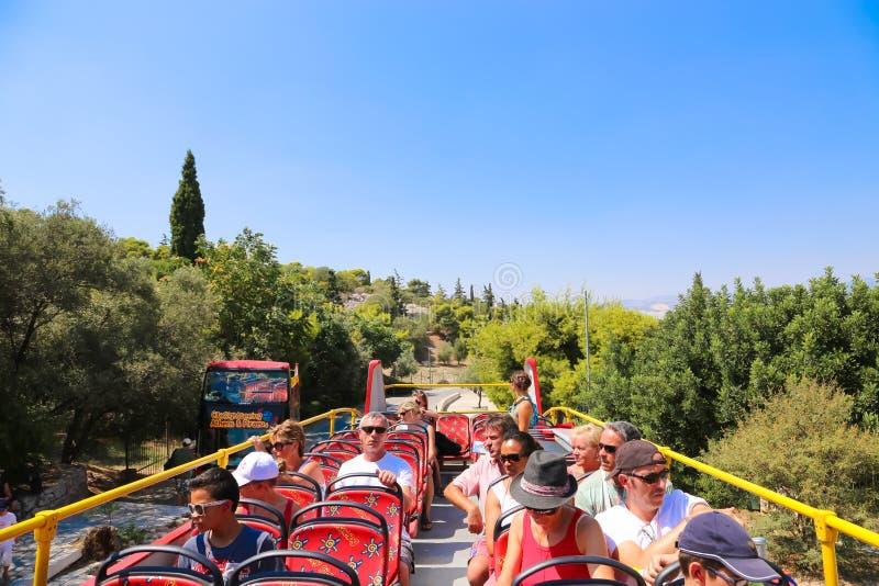 Turister tycker om på den öppna bussen - Aten, Grekland royaltyfri bild
