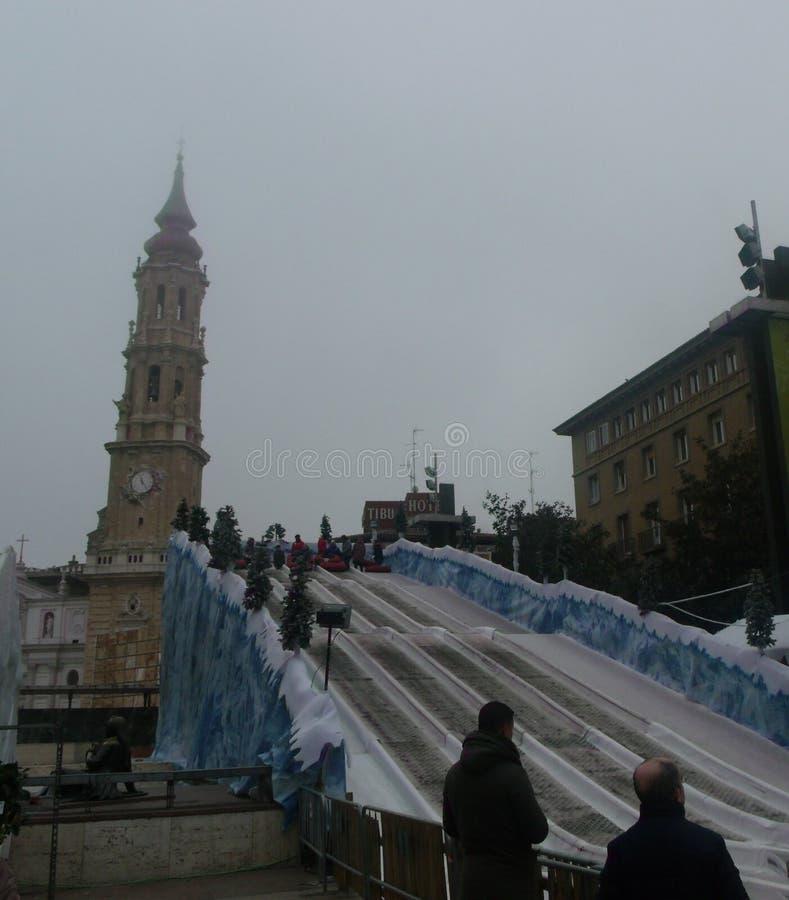 Turister tycker om rodaderoen i Zaragoza arkivbild