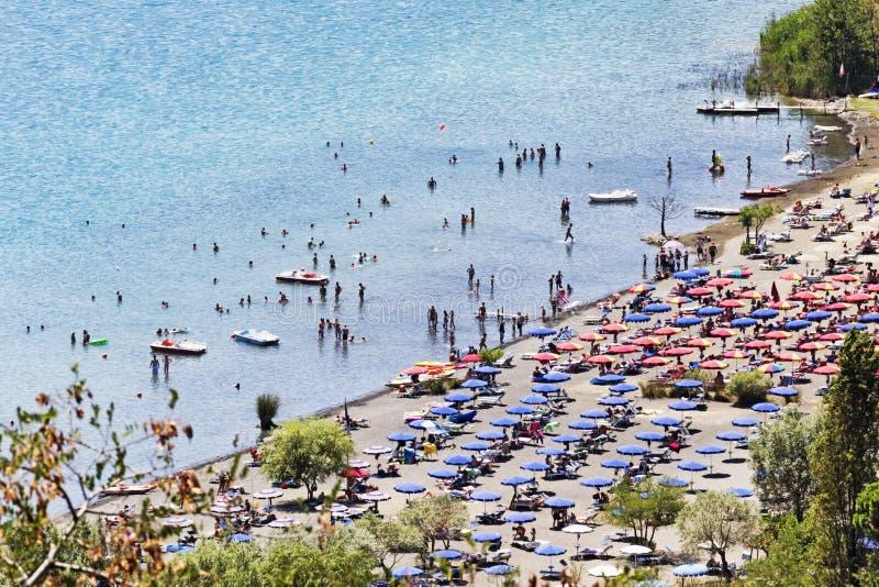Turister tycker om solen och watersports i vulkansjön av Castel Gandolfo arkivbild
