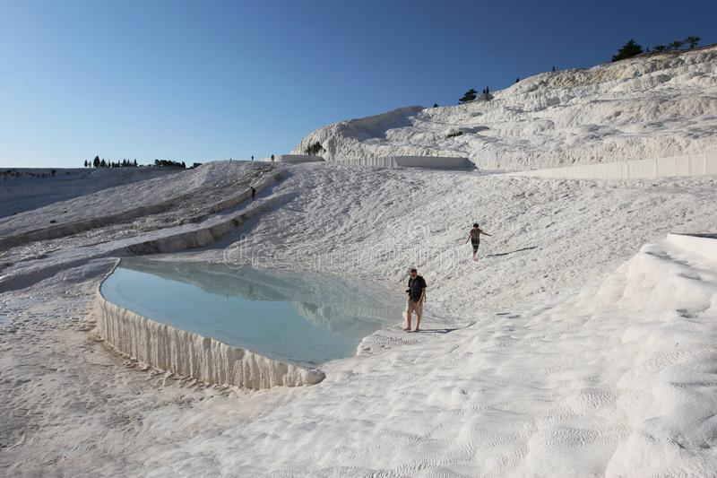 Turister tycker om travertinesna på Pamukkale royaltyfria bilder