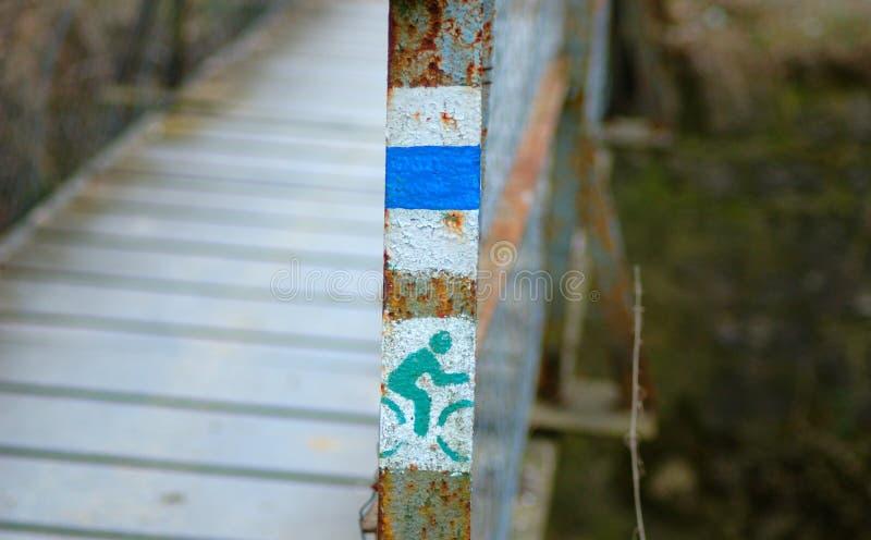 Turister undertecknar på en stålkolonn arkivbilder