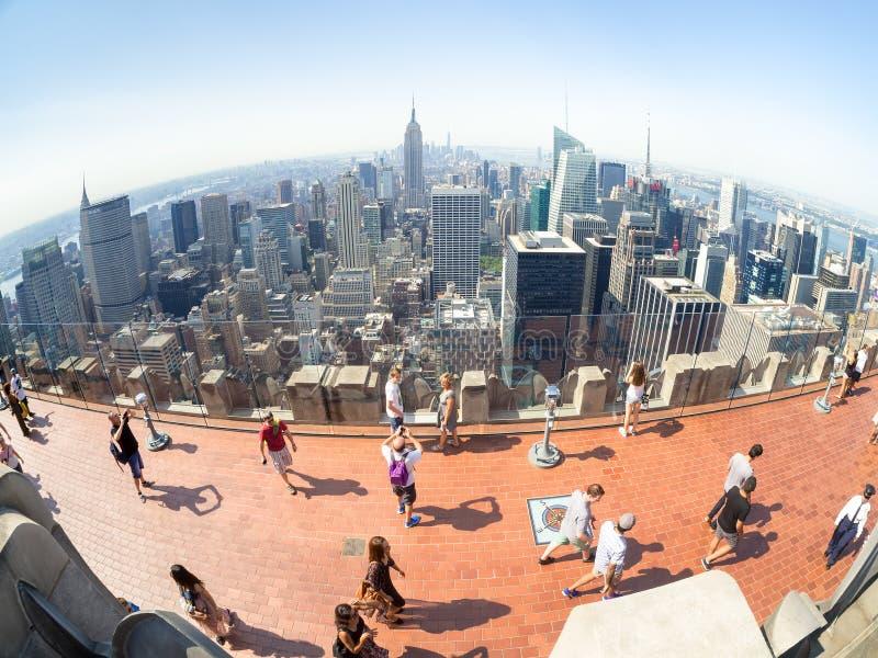 Turister upptill av vaggaobservationsdäcket uppe på GE byggnaden i New York arkivbilder
