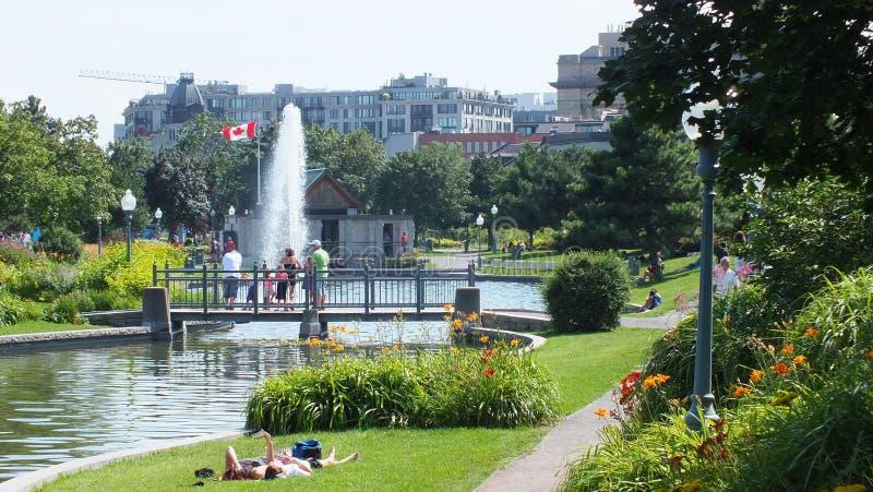 Turister ut för går i den gamla porten parkerar område i gamla Montreal royaltyfria foton