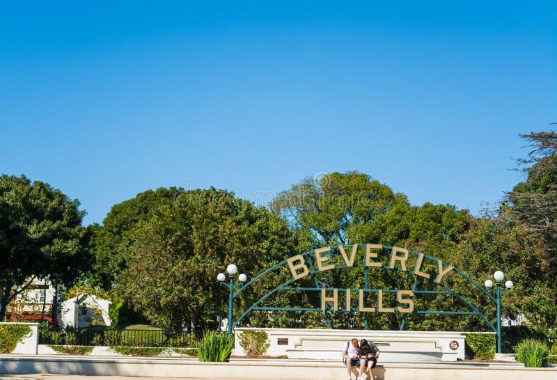 Turister vid det berömda Beverly Hills för värld tecknet royaltyfri bild