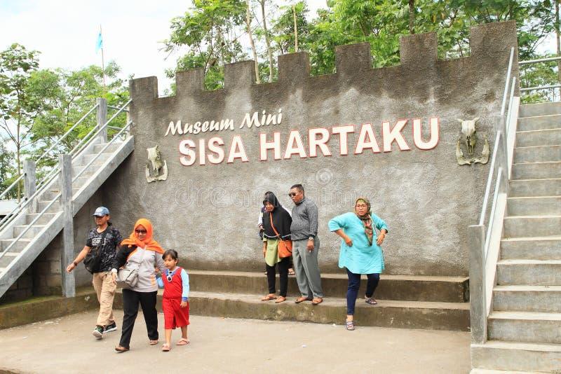 Turister vid museet Mini Sisa Hartaku arkivbild