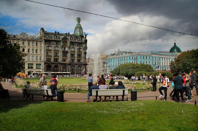 Turister vilar nära springbrunnen i den Kazan fyrkanten royaltyfri fotografi