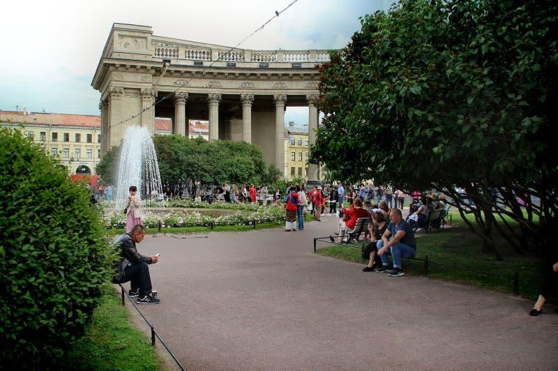 Turister vilar nära springbrunnen i den Kazan fyrkanten fotografering för bildbyråer