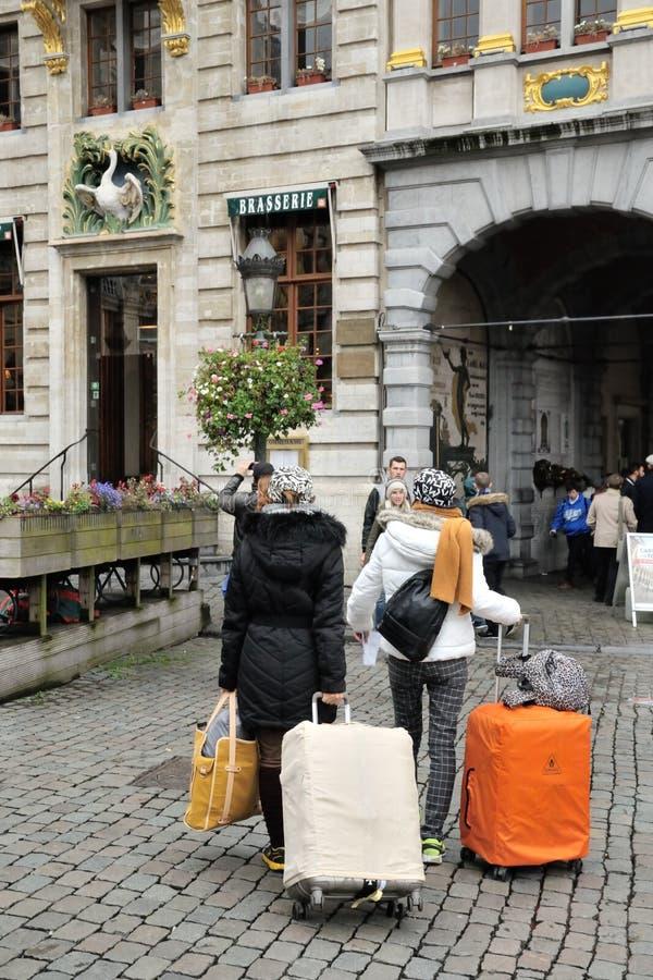 Turistflyttning i riktning till deras hotell royaltyfria bilder