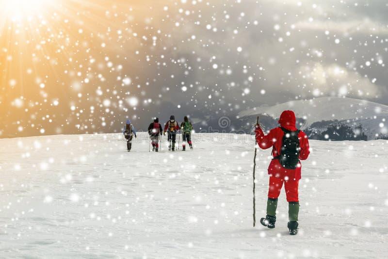 Turistfotvandrare i vintersnö täckte berg och dramatisk cl fotografering för bildbyråer