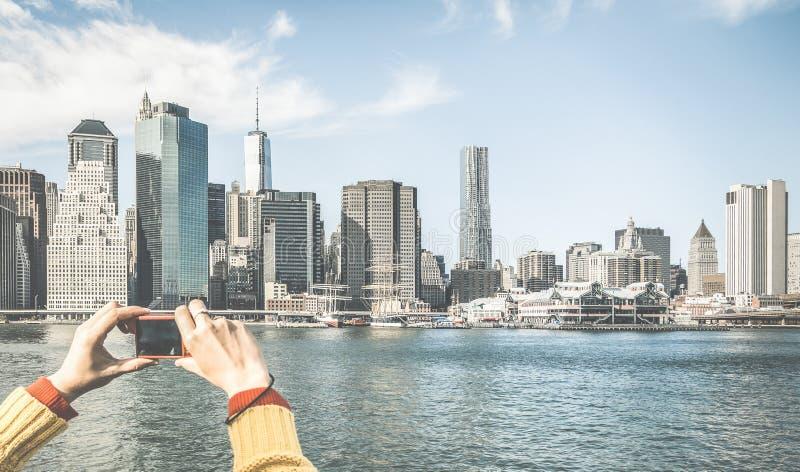Turisthänder som tar pic av New York City horisont royaltyfri foto