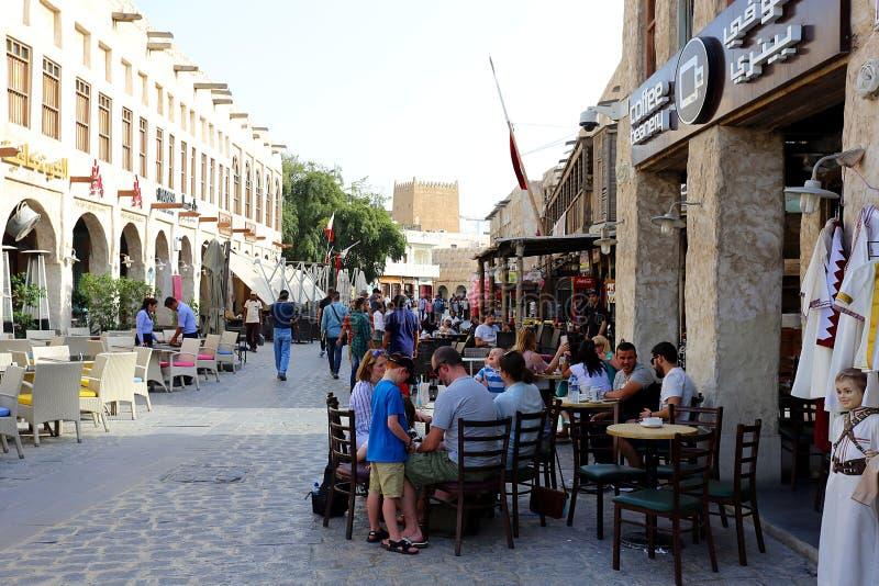 Turisti al coffeeshop di Doha fotografie stock libere da diritti