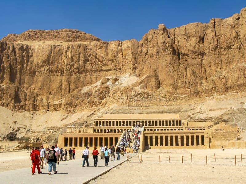 Turisti al grande tempio di Hatshepsut, Luxor, Egitto immagini stock