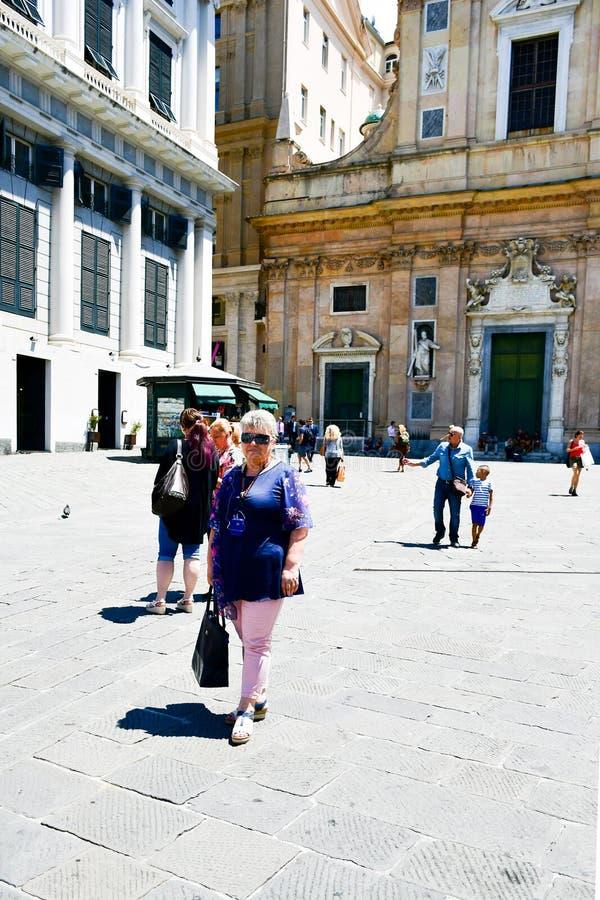 Turisti al nuove di Le strade, Genova, Italia immagine stock