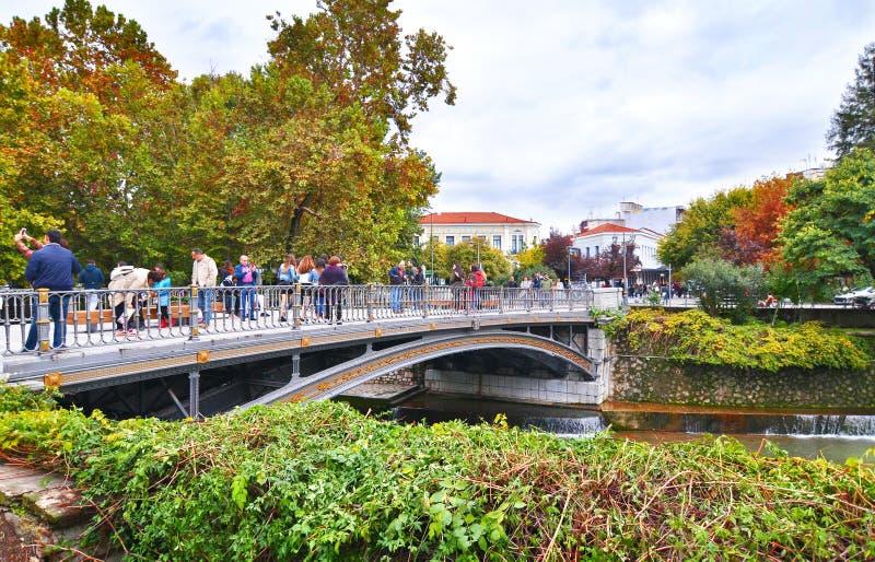 Turisti al ponte del fiume Trikala Grecia di Lithaios immagine stock