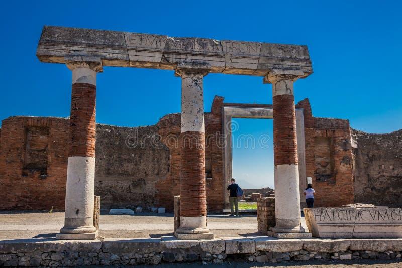Turisti al portico di Concordia Augusta sul forum della città antica di Pompei in a immagine stock libera da diritti