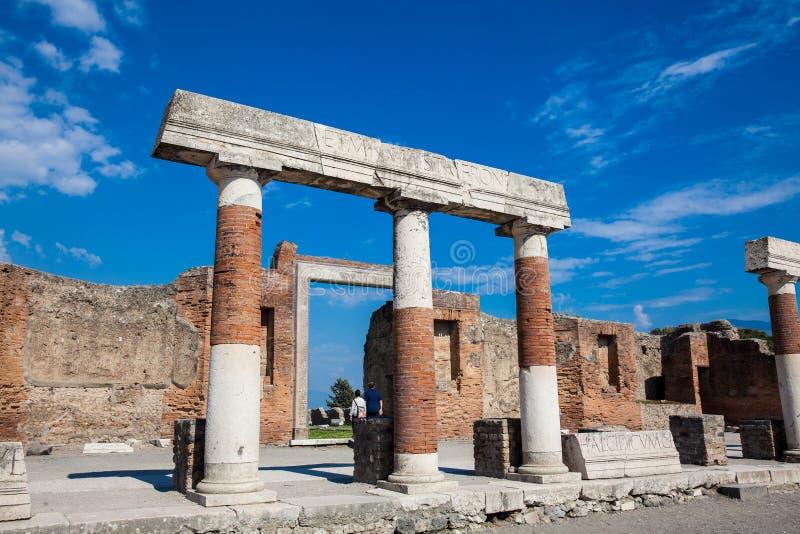 Turisti al portico di Concordia Augusta sul forum della città antica di Pompei in a fotografia stock