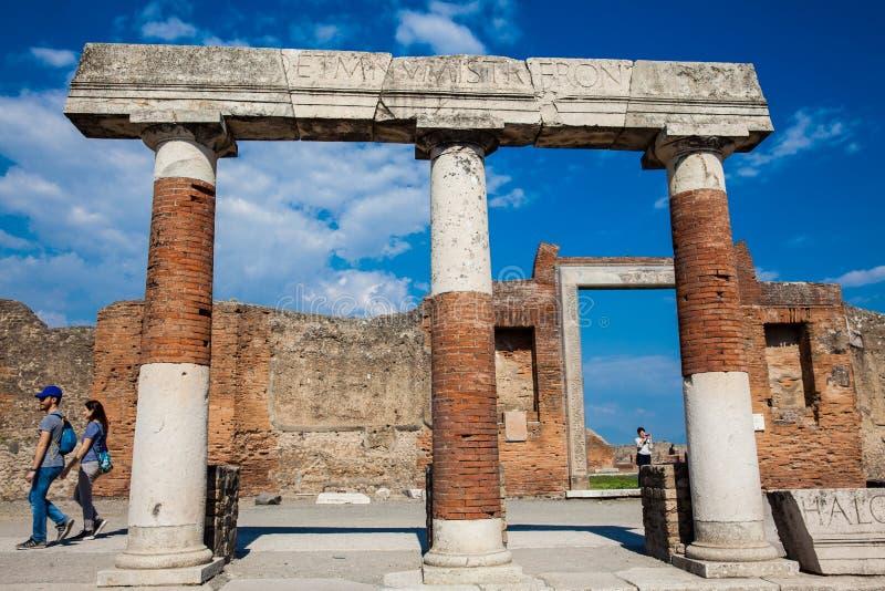 Turisti al portico di Concordia Augusta sul forum della città antica di Pompei in a fotografia stock libera da diritti
