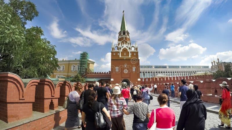 Turisti all'entrata della torre del ` s Spassky di Cremlino fotografie stock libere da diritti