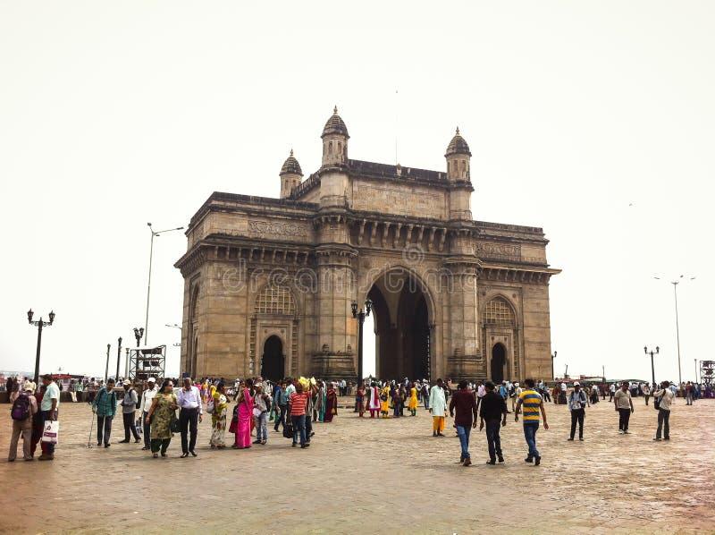 Turisti all'ingresso dell'India Mumbai fotografie stock libere da diritti