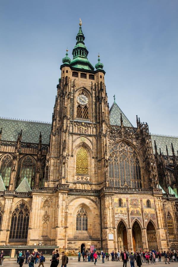 Turisti alla cattedrale metropolitana dei san Vitus, Wenceslaus e Adalbert a Praga immagini stock