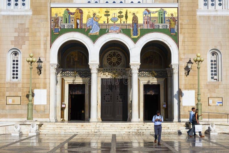 Turisti alla cattedrale metropolitana di Atene immagine stock