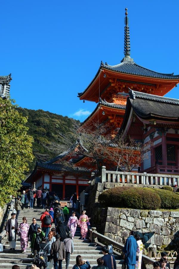 Turisti alla pagoda a tre piani popolare a Kiyomizu-dera a Kyoto, Giappone immagini stock libere da diritti