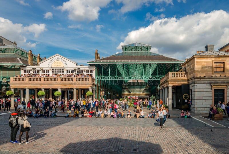 Turisti alla piazza di Covent Garden immagini stock libere da diritti