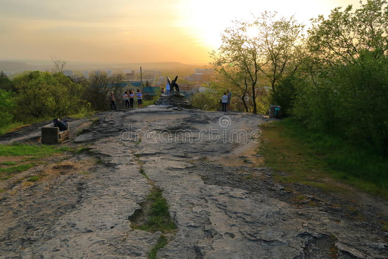 Turisti alla scultura bronzea del tramonto della st di Eagle immagine stock