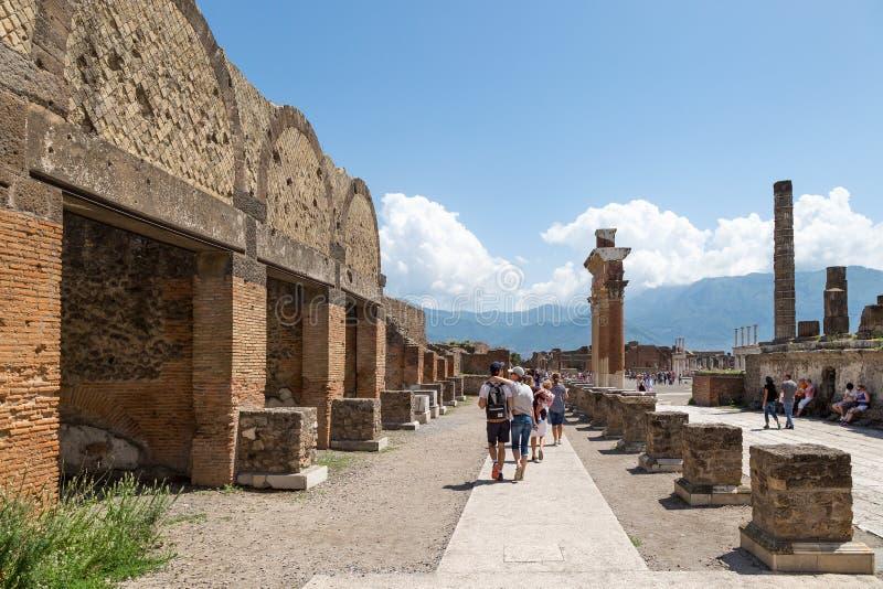 Turisti alle rovine della città antica di Pompei, Italia immagini stock libere da diritti