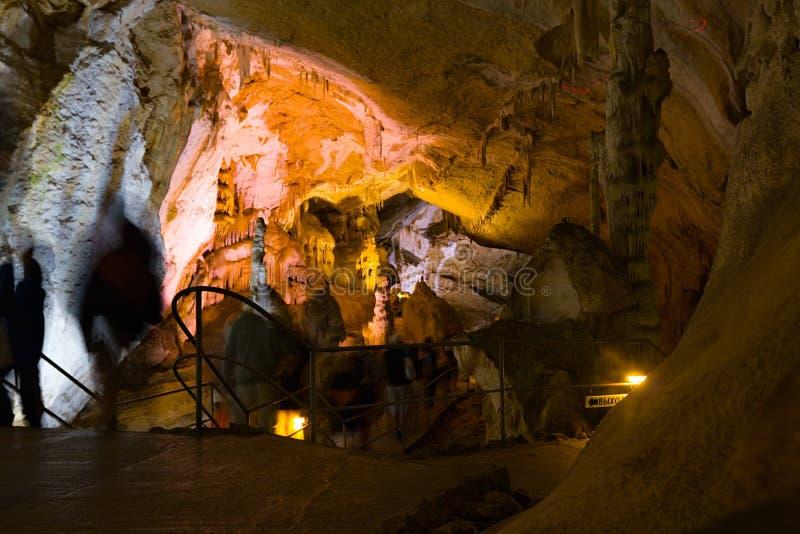 Turisti in caverna immagini stock libere da diritti