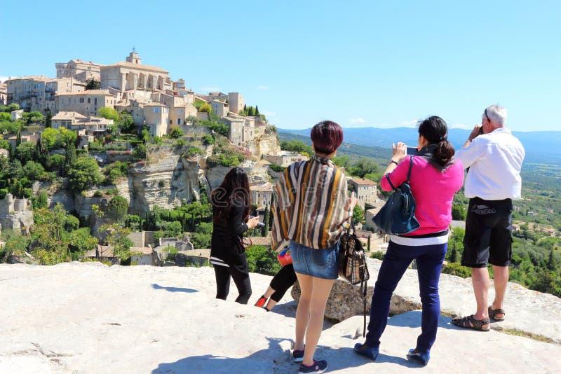 Turisti che ammirano villaggio di Gordes, Francia fotografie stock libere da diritti