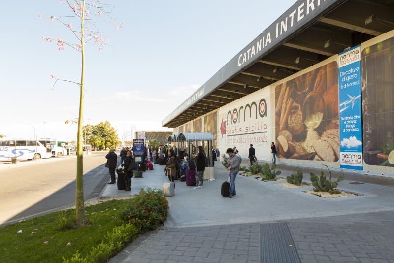 Turisti che aspettano il bus dell'otturatore immagini stock libere da diritti