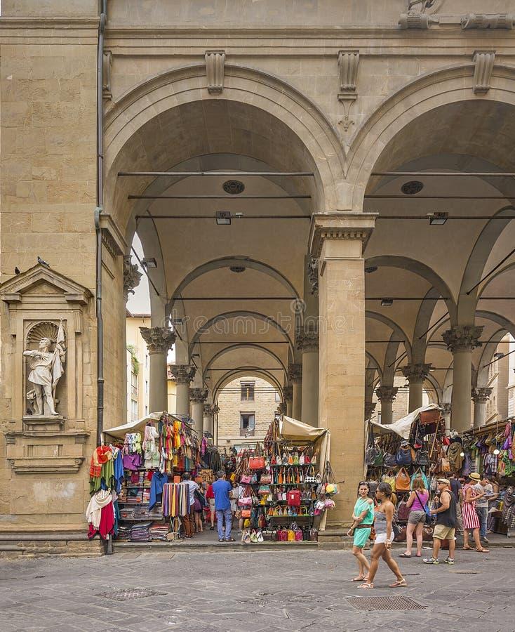 Turisti che camminano e che comperano nel Mercato del Porcellino storico a Firenze fotografia stock