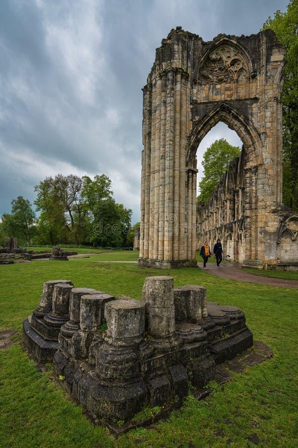 Turisti che camminano fra le rovine dell'abbazia di fotografia stock