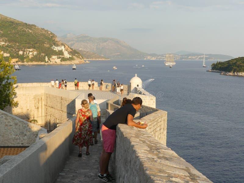 Turisti che camminano lungo il muro di Dubrovnik fotografia stock