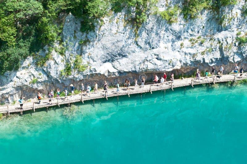 Turisti che camminano lungo un percorso d'escursione immagini stock libere da diritti