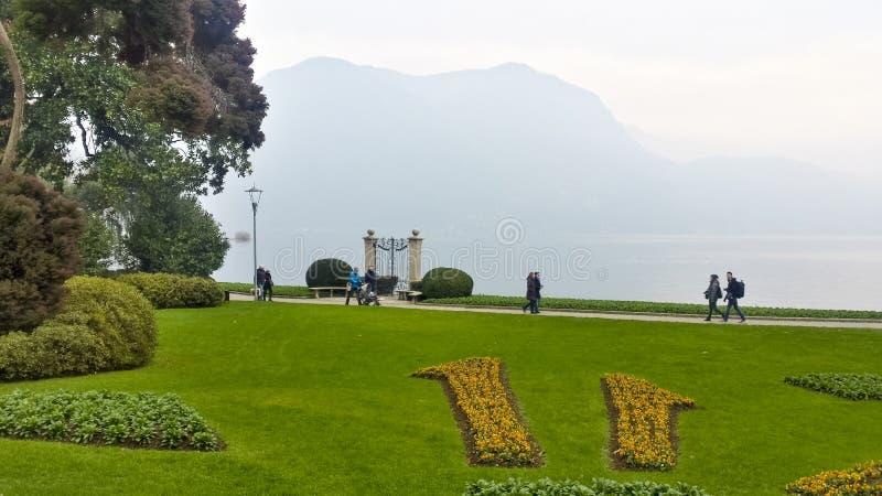 Turisti che camminano nel lago lugano fotografie stock