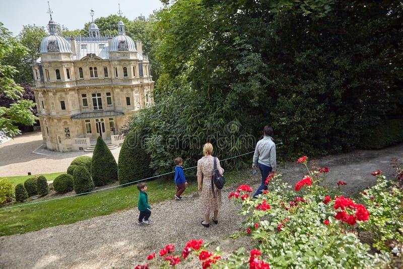 Turisti che camminano nel parco immagini stock libere da diritti